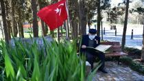 Kıbrıs Gazisi İsmail Amca, Sık Sık Tuzla'daki Şehitlikleri Ziyaret Ederek Dua Ediyor